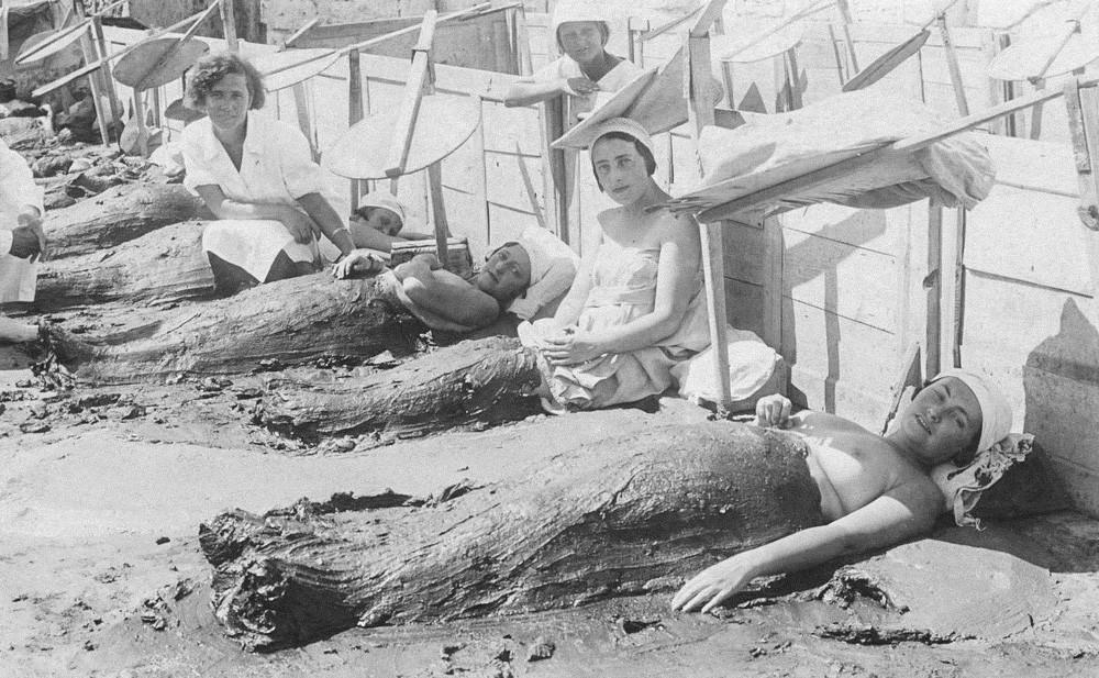 Nachtschwärmer genießen eine Schlammbehandlung, 1934.