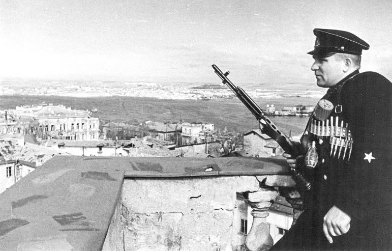 Eine stehende Pfadfinderwache in Sewastopol, 1942.