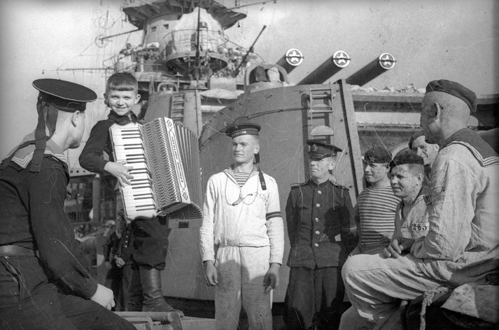 """Auf dem Kreuzer """"Rote Krim"""" im Hafen von Sewastopol, 1944."""