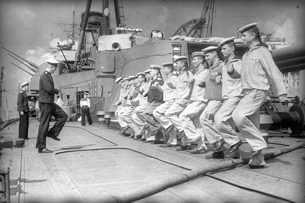 Seeleute, die eine Bohrausbildung absolvieren, 1944.