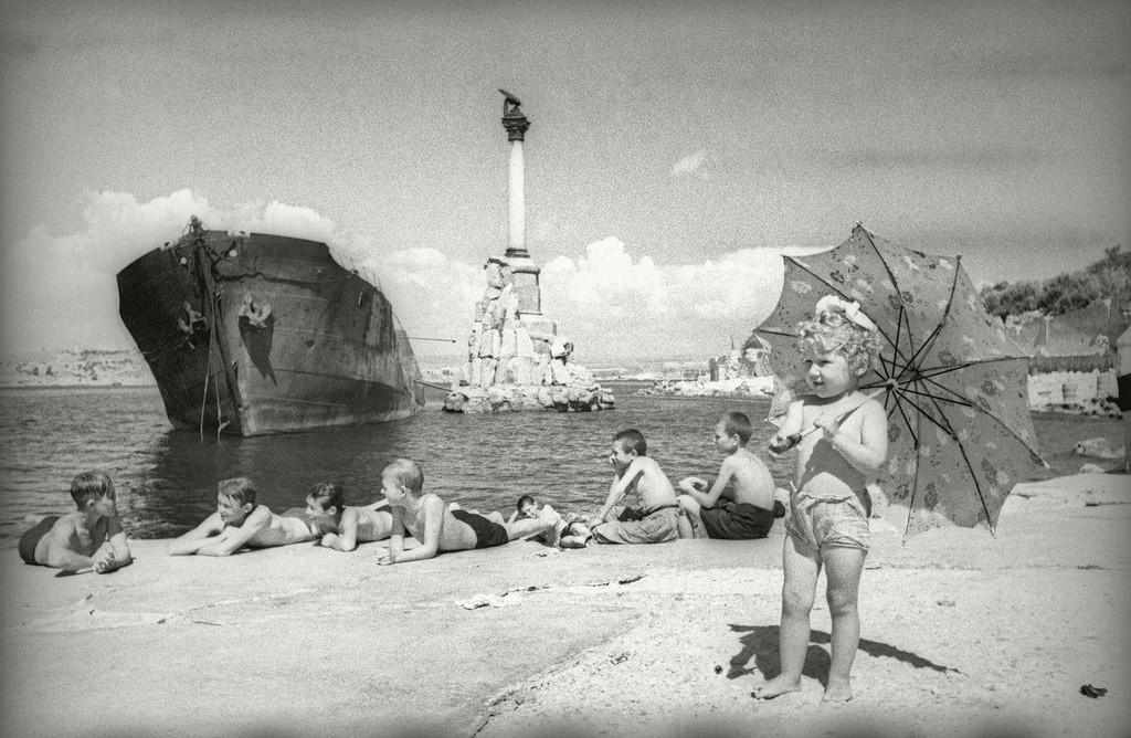 Kinder entspannen sich an einem Strand in Sewastopol, 1944.