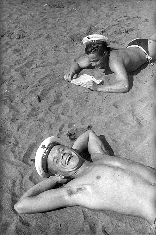 Zwei Seeleute ruhen sich am Strand aus, 1944