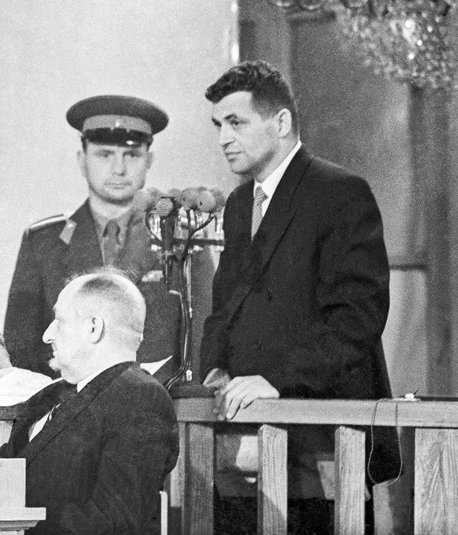 Pilot Amerika Francis Gary Powers (kanan) menghadiri sesi terbuka Dewan Militer Mahkamah Agung Uni Soviet di aula gedung Dom Soyuzov (Rumah Serikat Pekerja), 19 Agustus 1960.