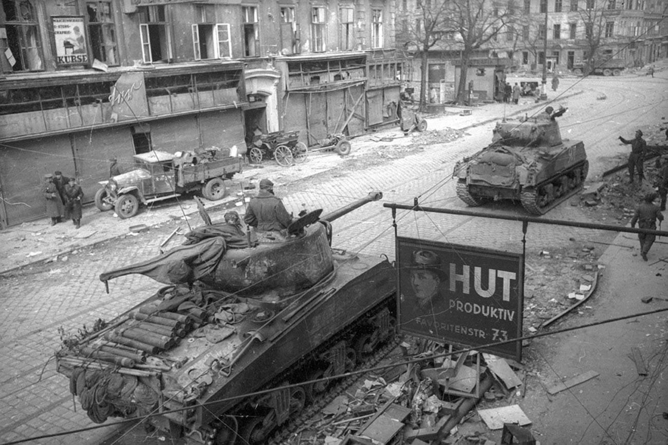 Sovjetski tenkovi ulaze u Beč