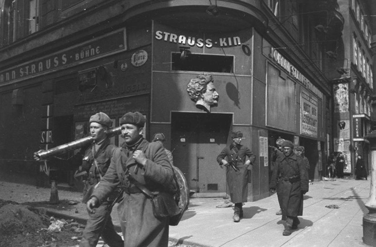 Sovjetski vojnici se šetaju kroz grad