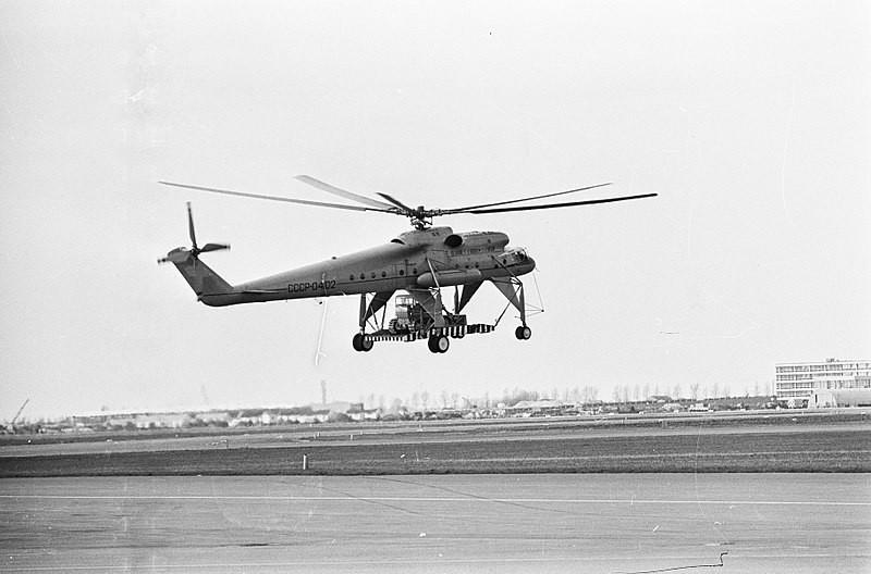 Mi-10K realizando una demostración de sus capacidades en un aeropuerto neerlandés. 1966