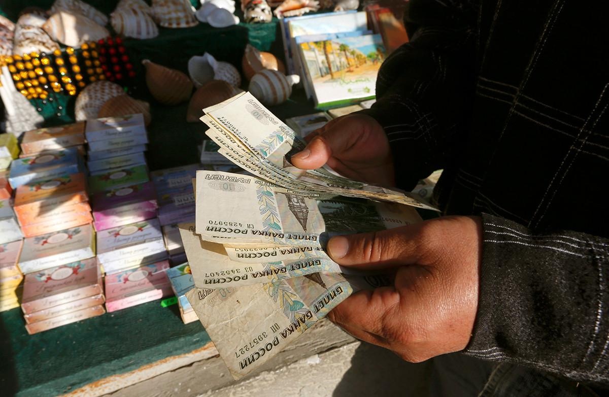 Неколико новчаница са похабаном новчаницом од 10 рубаља