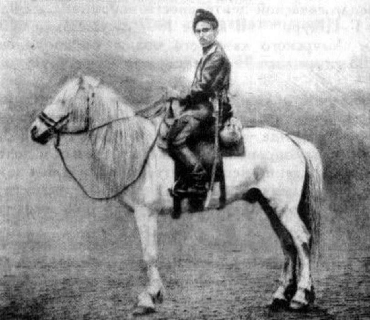 Peshkov in sella al suo cavallo