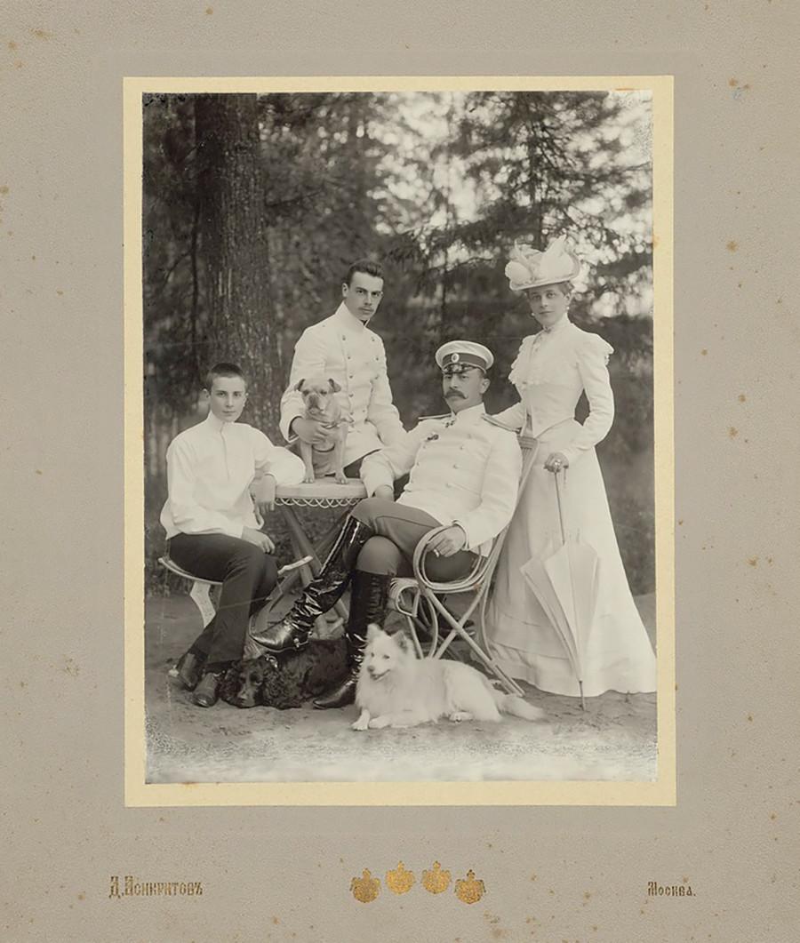 Famille Ioussoupov : Zénaïde Ioussoupov et son mari Felix Soumarokov-Elston avec ses deux fils, Felix et Nikolaï