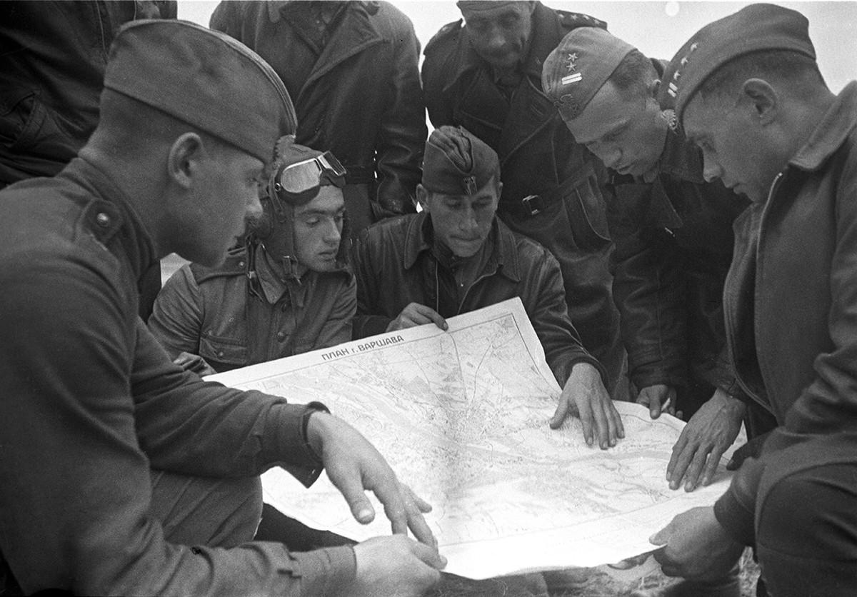 Des pilotes militaires polonais planifient une nouvelle mission de combat.