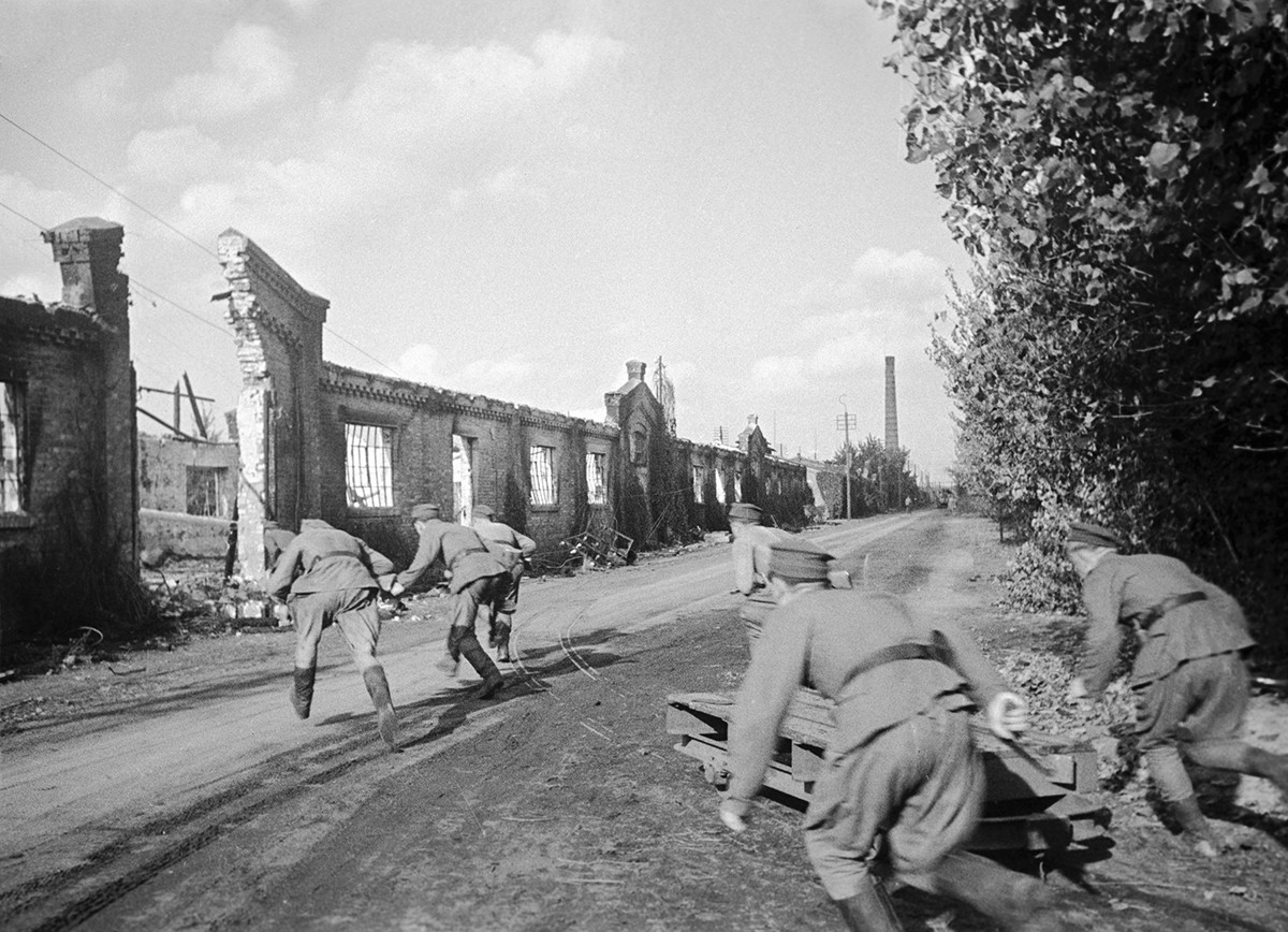Des soldats prennent de nouvelles positions dans la banlieue de Varsovie.