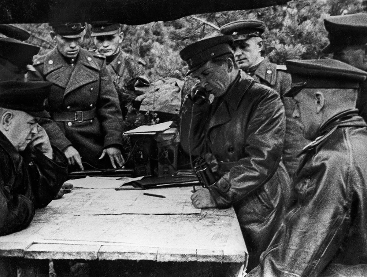 Le maréchal de l'Union soviétique Gueorgui Joukov, à gauche, et le maréchal Konstantin Rokossovski, à droite, dans le centre de commandement à l'extérieur de Varsovie