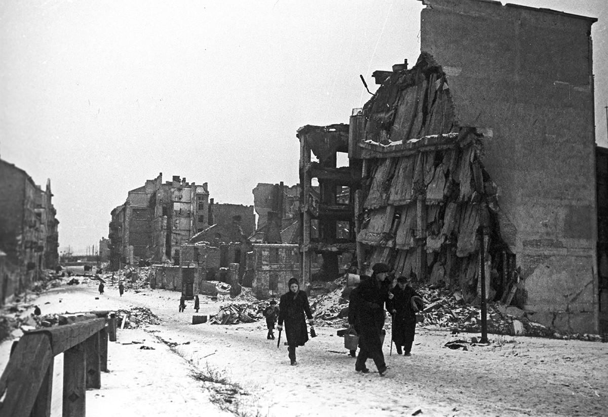 Une rue en ruine à Varsovie