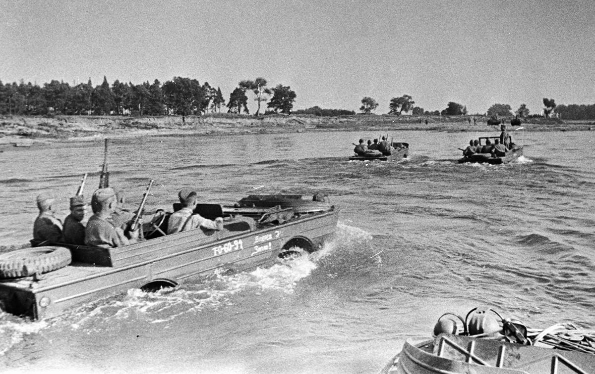 Soldats soviétiques traversant la Vistule.