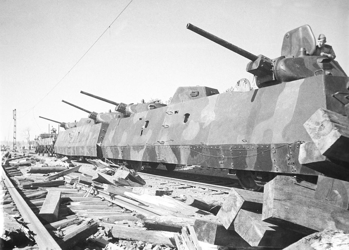 L'armée de chars soviétique a pénétré profondément dans l'arrière-pays ennemi. Sur la photo : train blindé Ilya Mouromets