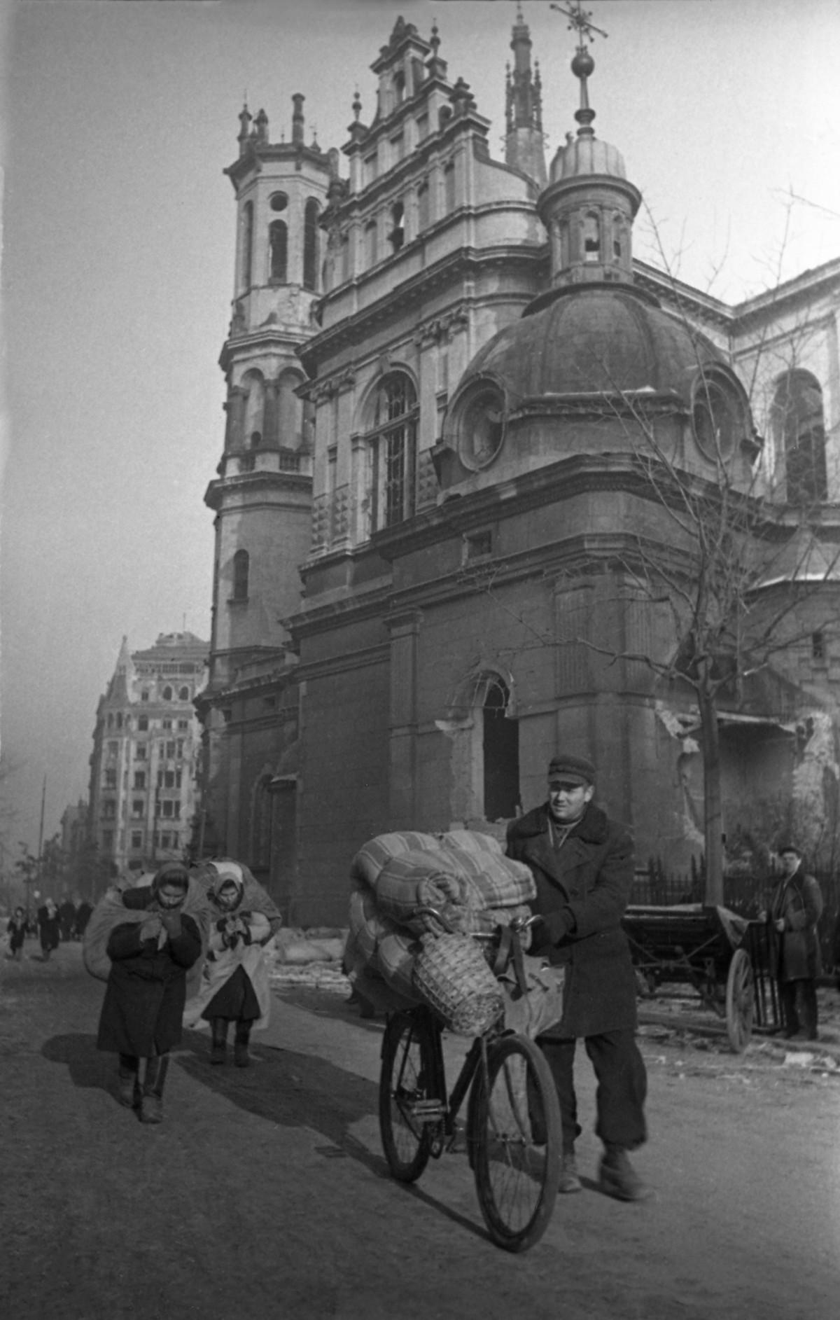 Des citoyens de retour dans Varsovie libérée