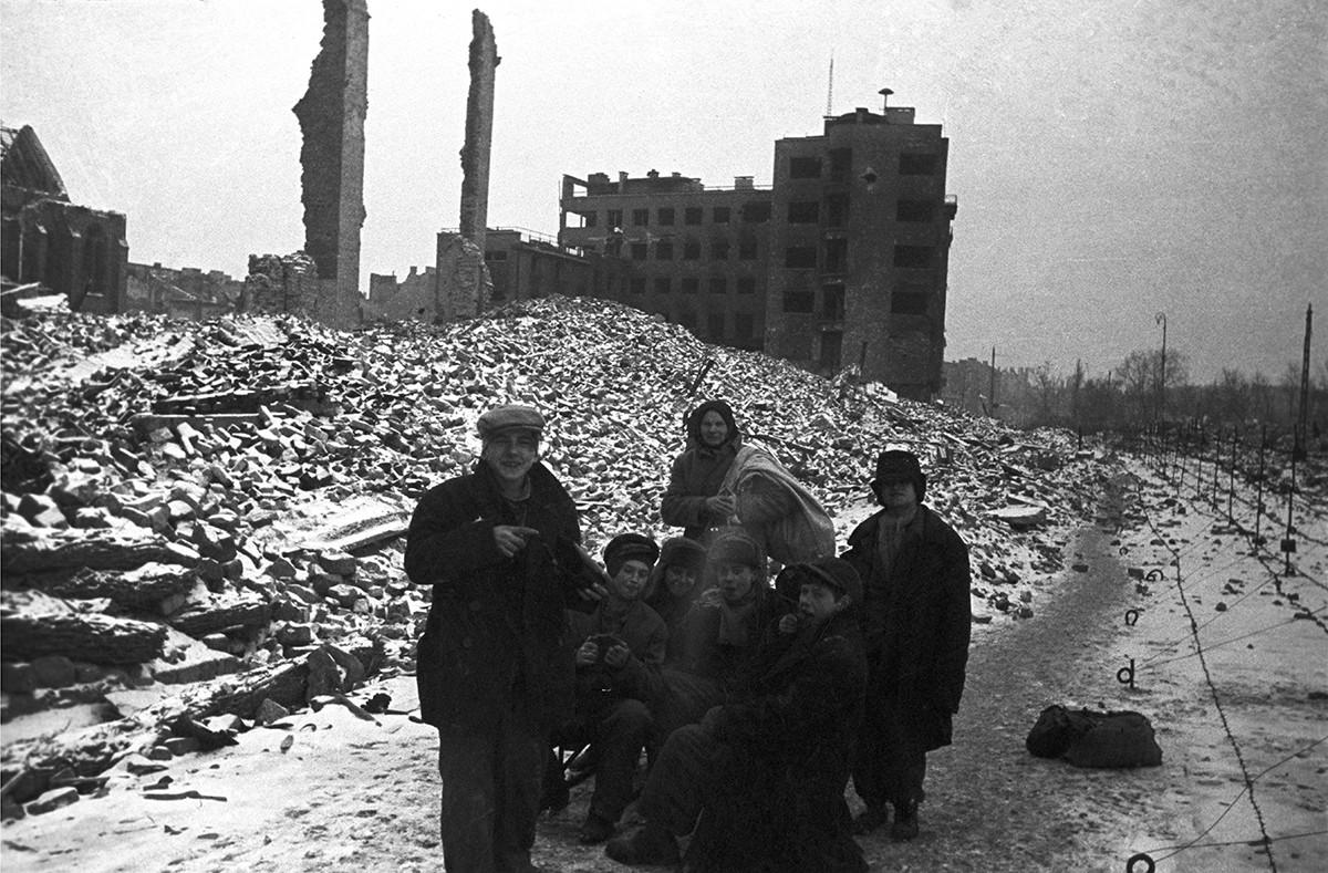 Les réfugiés retournent dans leur ville natale détruite par les nazis.