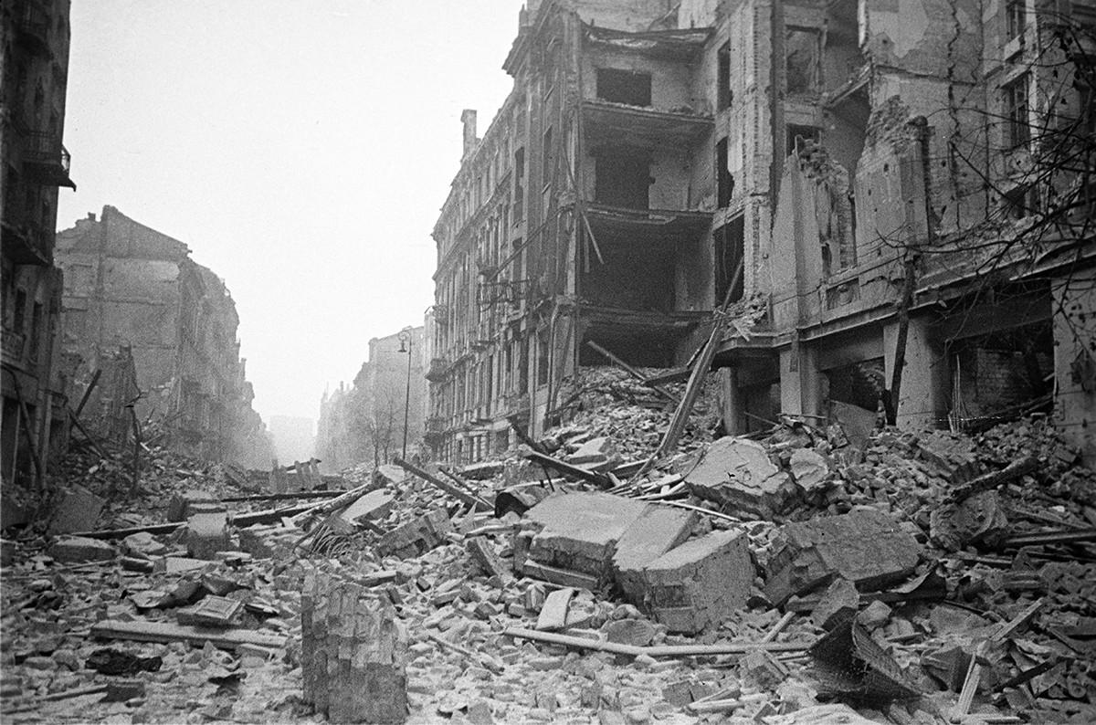 Ruines de la rue Marszałkowska presque entièrement détruite lors du soulèvement de Varsovie de 1944