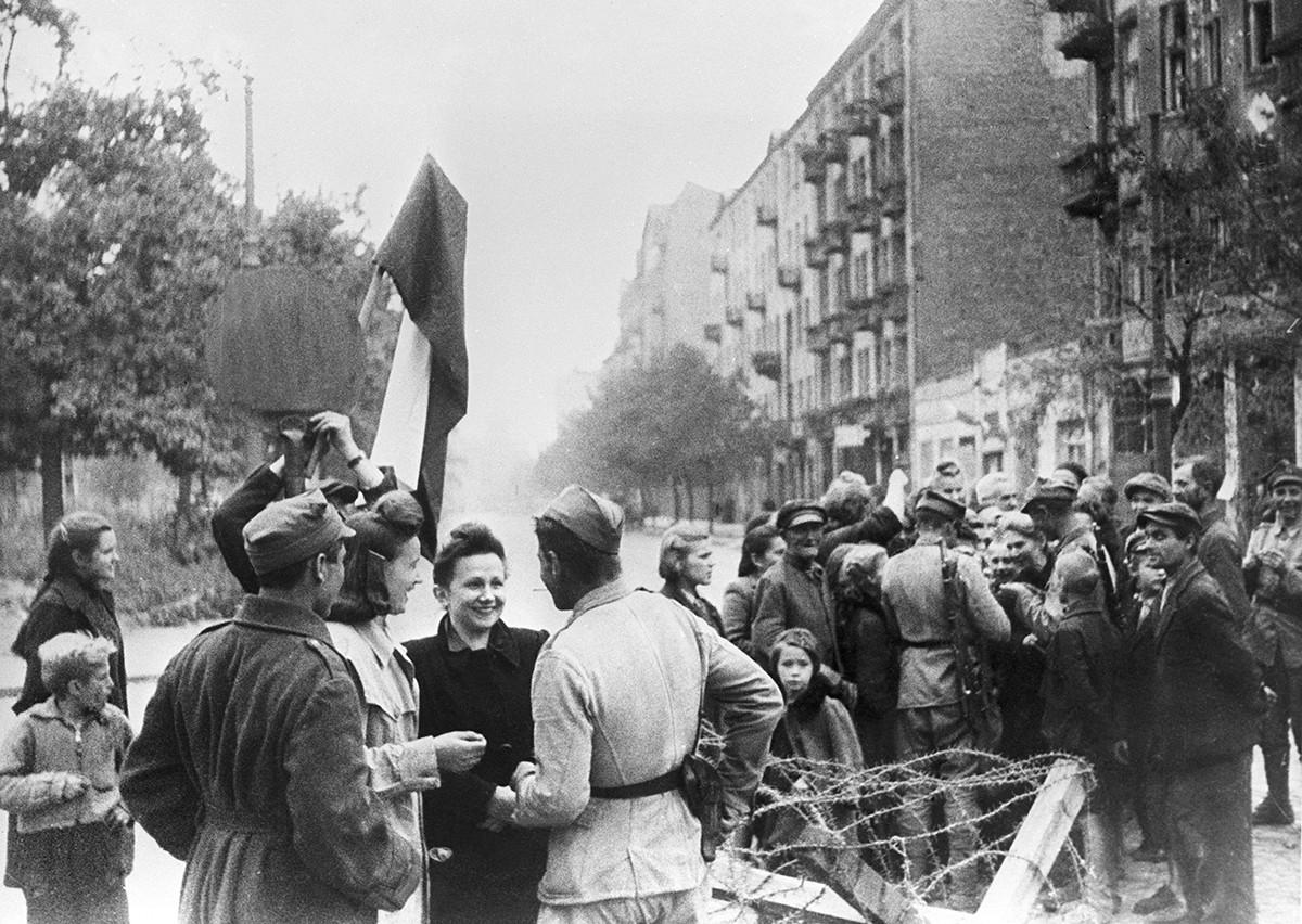 Des civils de Varsovie et des soldats de l'armée rouge célèbrent la libération de la ville.
