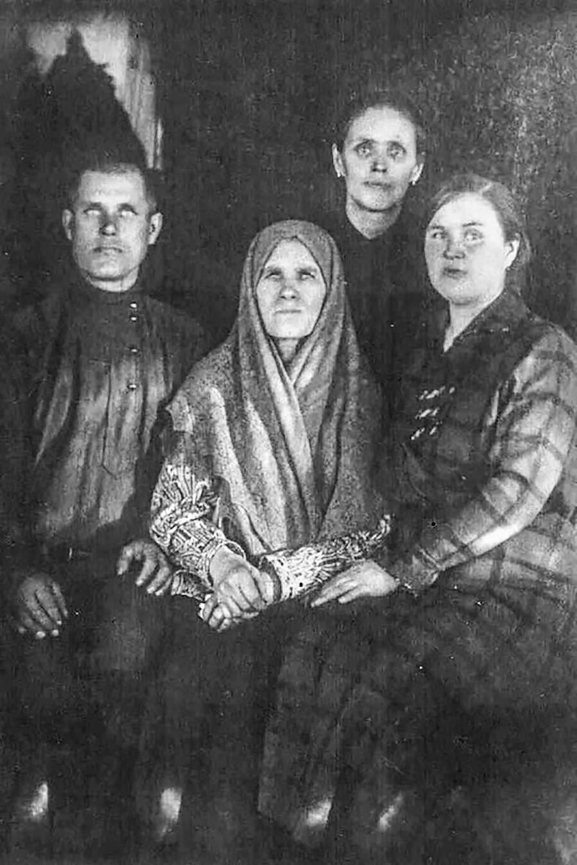 Распутини. Во средината е вдовицата Прасковја, лево синот Дмитриј, десно неговата сопруга Феоктиста, одзади куќната помошничка Екатерина Печеркина.