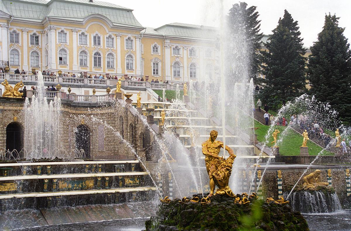 サンクトペテルブルク近郊のペテルゴフの噴水