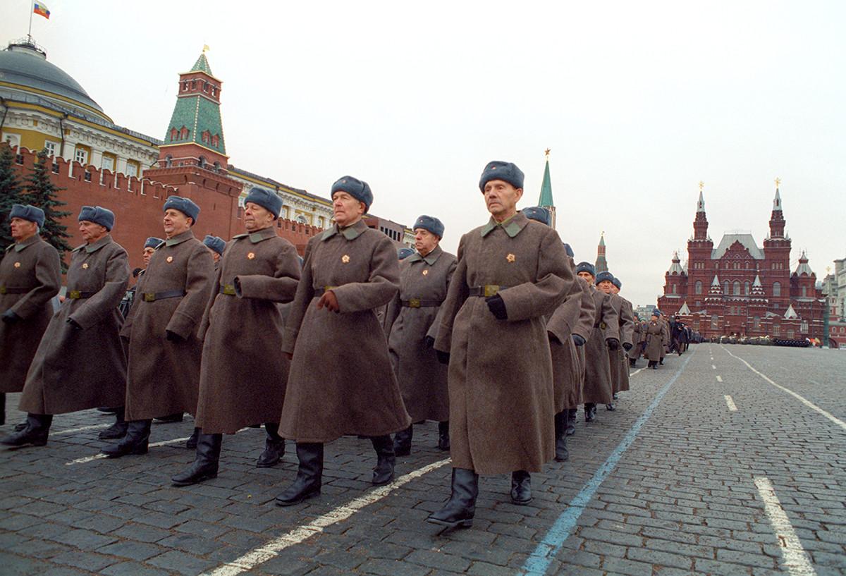1941年の伝説のパレードを記念した第二次世界大戦の退役軍人による行進