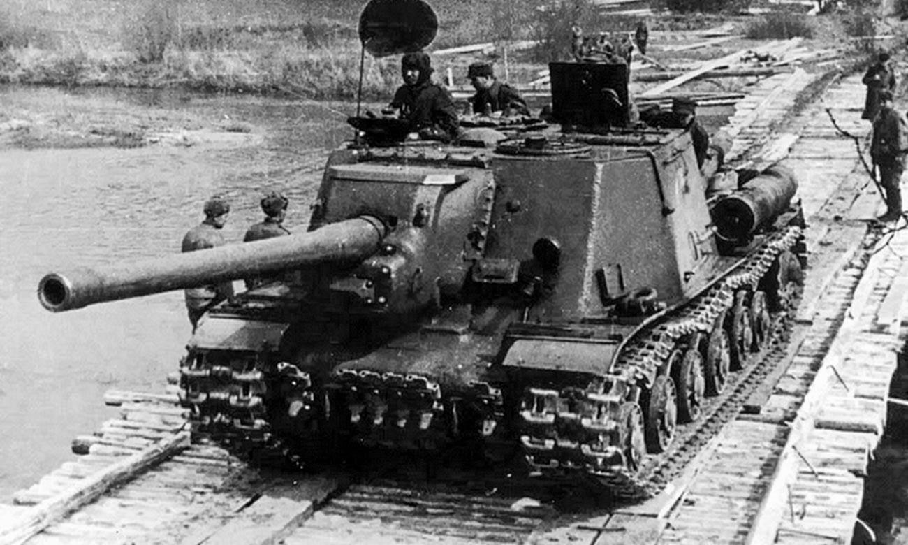Die Selbstfahrlafette ISU-122 des polnischen Panzerkorps überwindet die Neiße, April 1945.