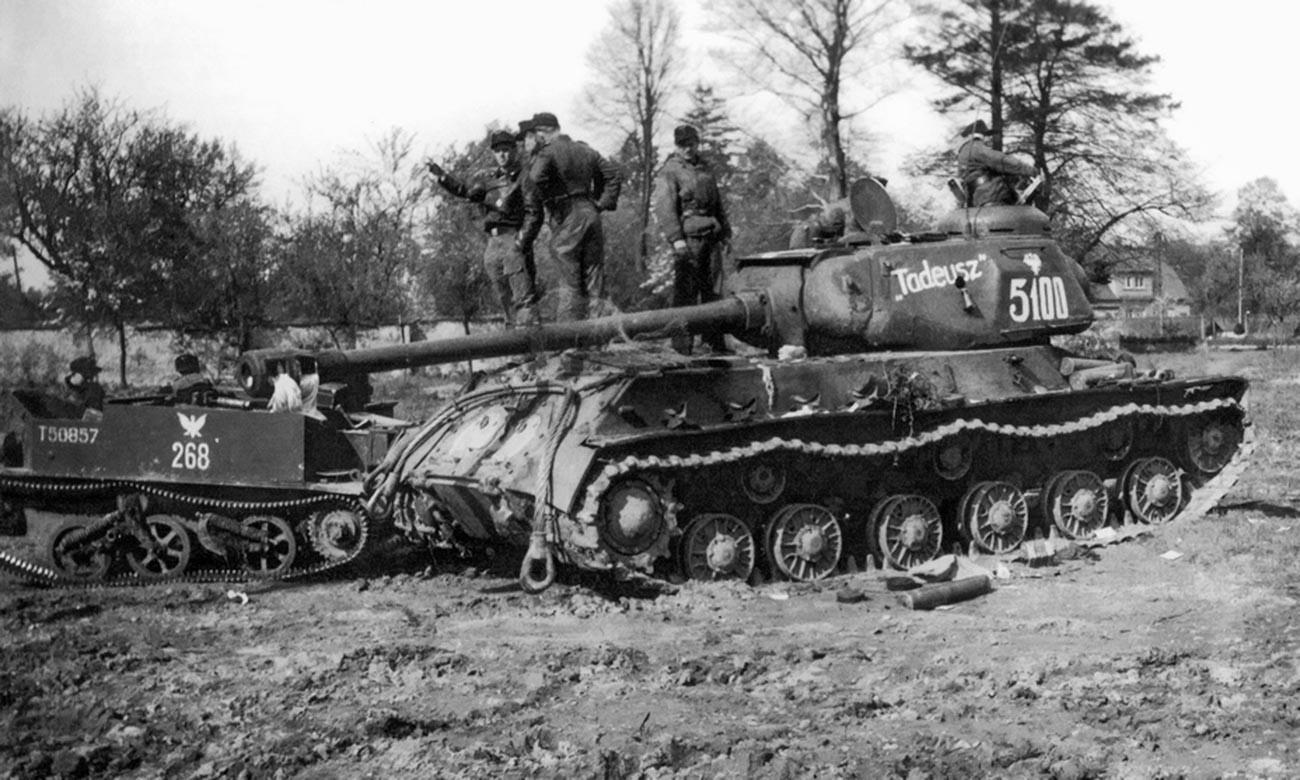 In Bautzen erbeutete polnische Panzer IS-2 und Transportwagen vom Typ Universal Carrier.