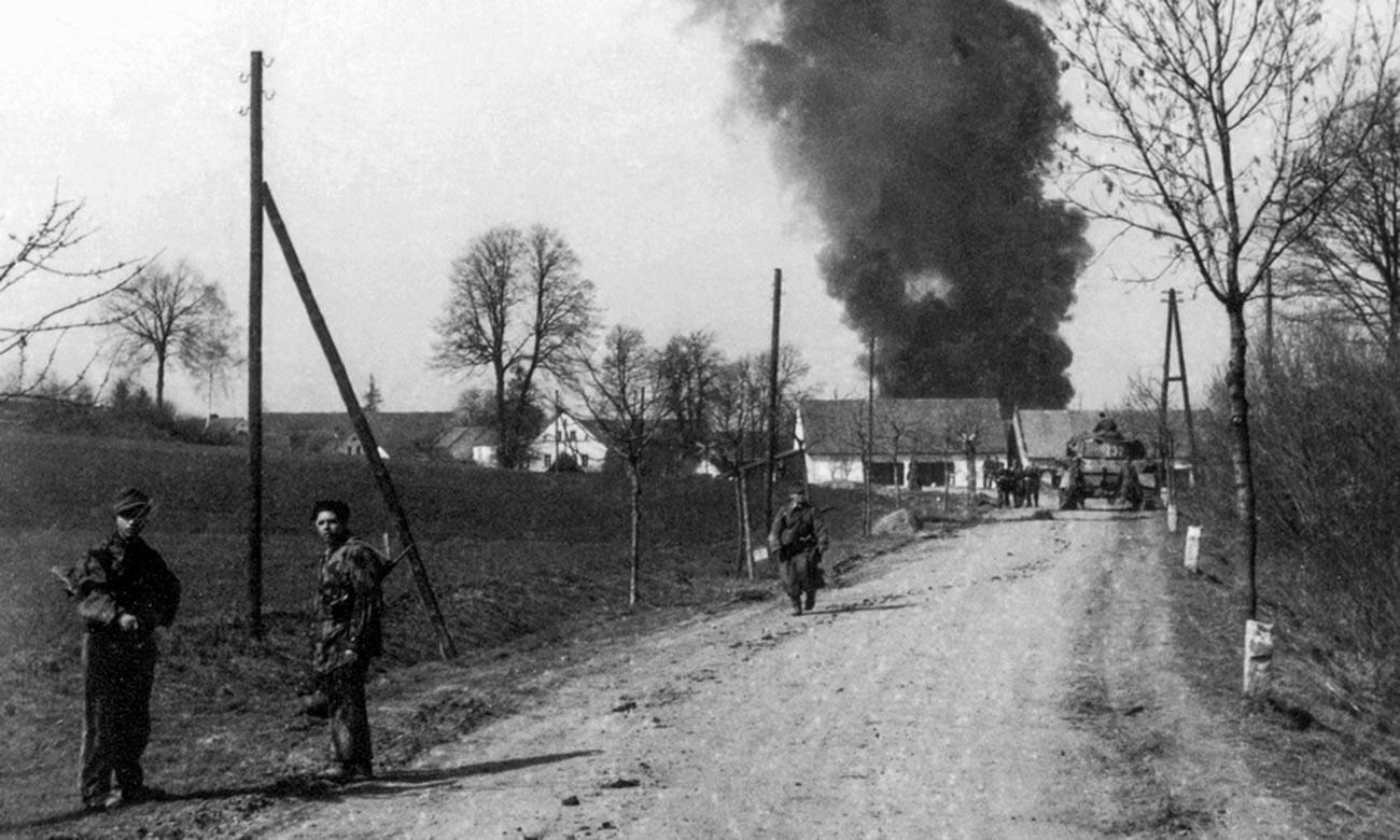 Grenadiere der Division Hermann Göring nach einem Kampf um ein Dorf in der Nähe von Bautzen.