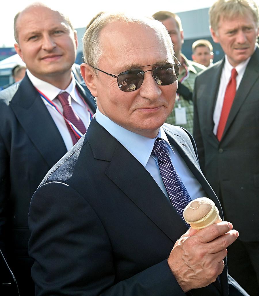 Le président russe Vladimir Poutine a acheté une glace lors du salon aéronautique international MAKS 2019.
