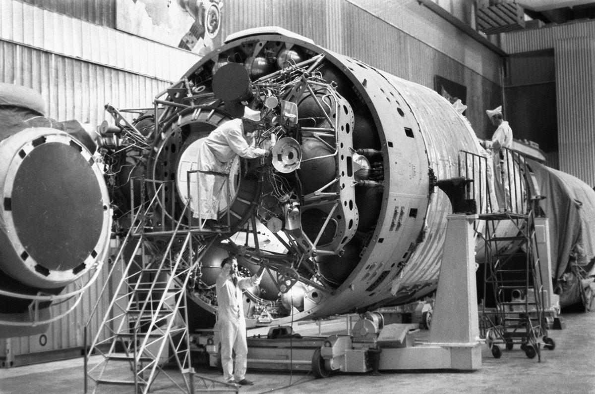 Izdelava avtomatizirane vesoljske postaje Almaz v znansvenoraziskovalnem centru Hruničeva. Reprodukcija