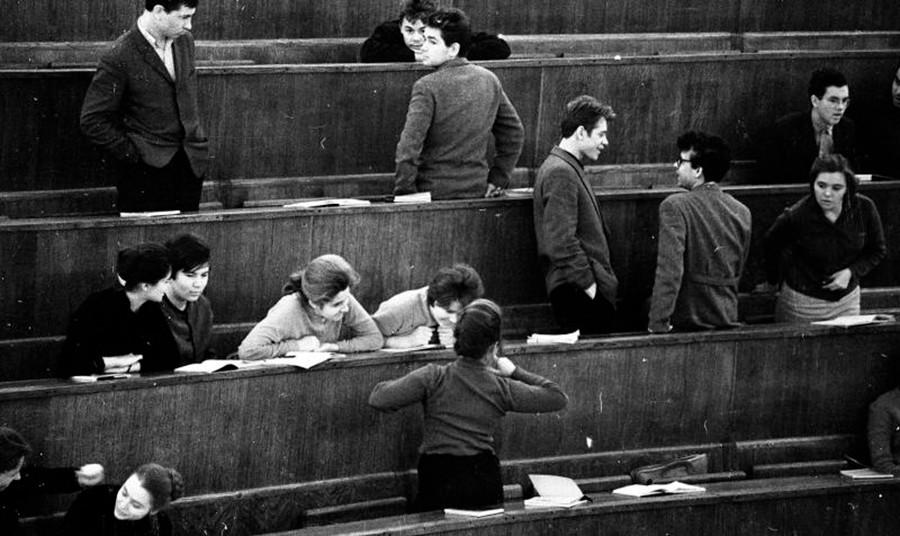 Étudiants profitant d'une pause à l'université, 1963