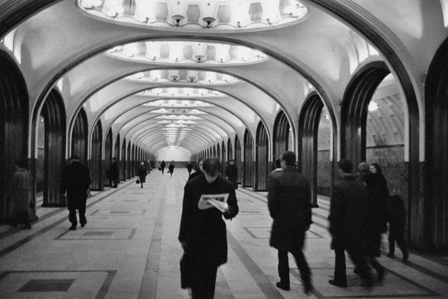 À l'intérieur de la station de métro Maïakovskaïa à Moscou, 1970