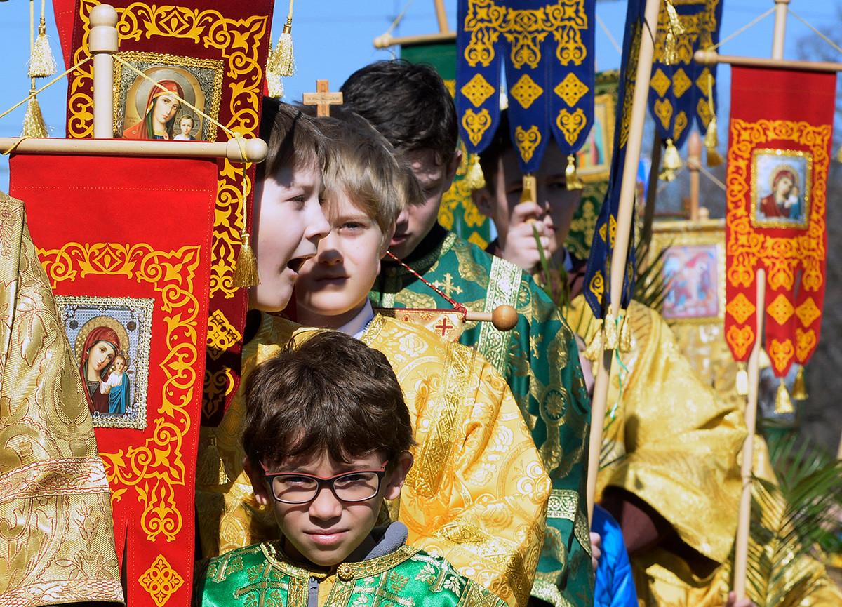 Credenti ortodossi russi alla processione della Domenica delle Palme fuori dalla Cattedrale di Sant'Isacco a San Pietroburgo, 21 aprile 2019
