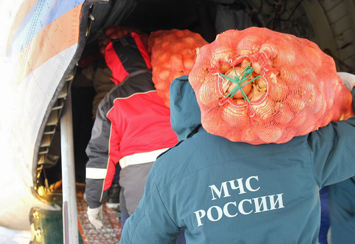 Сотрудники МЧС РФ доставляют продовольствие в отдаленные районы Якутии.