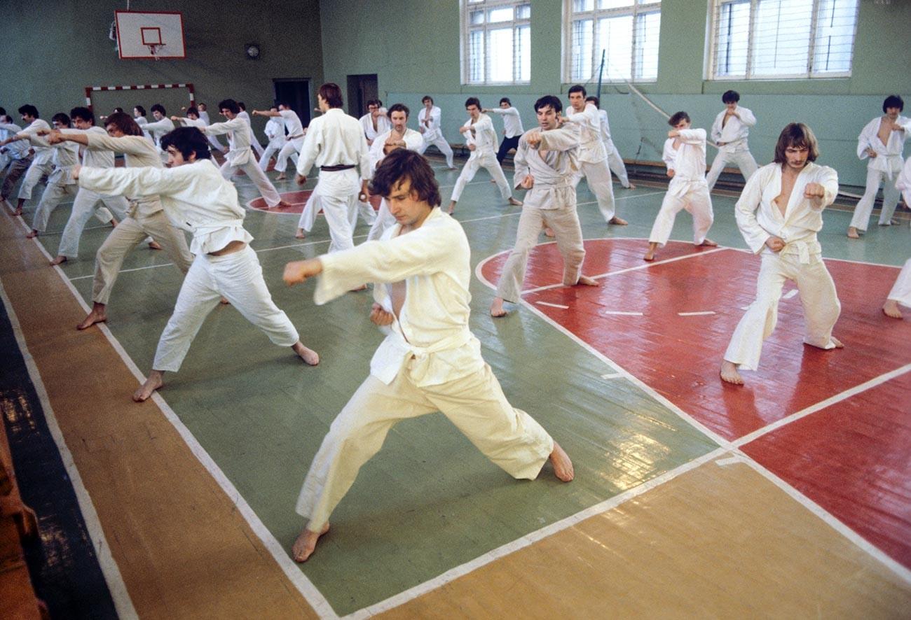 Trening karate sekcije. Moskovska tvornica automobila