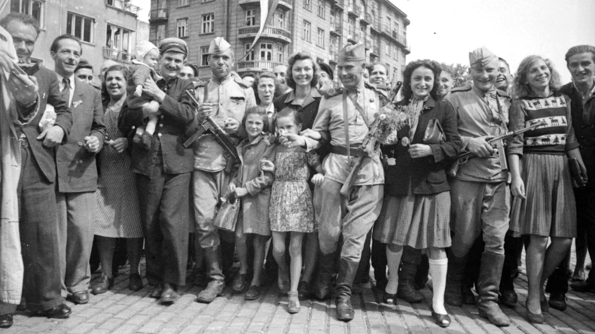 Des soldats de l'Armée rouge parmi les habitants de Sofia libérée