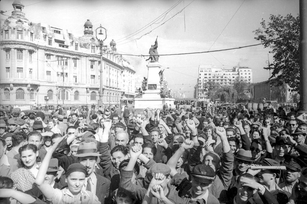 Foule en liesse dans les rues de Bucarest