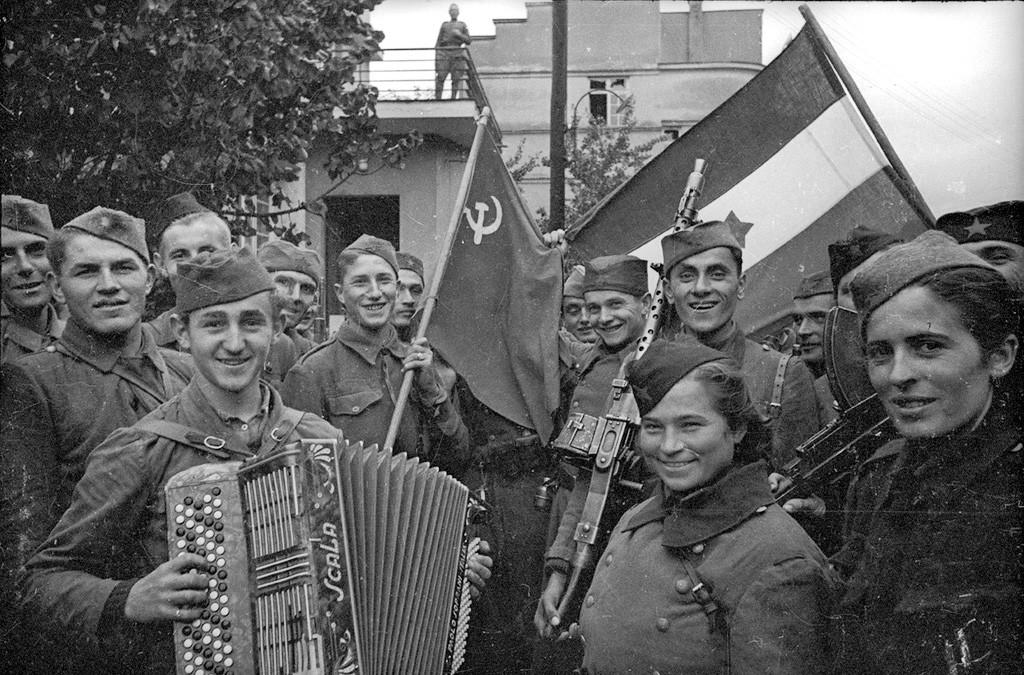 Des combattants soviétiques et yougoslaves avec des drapeaux nationaux