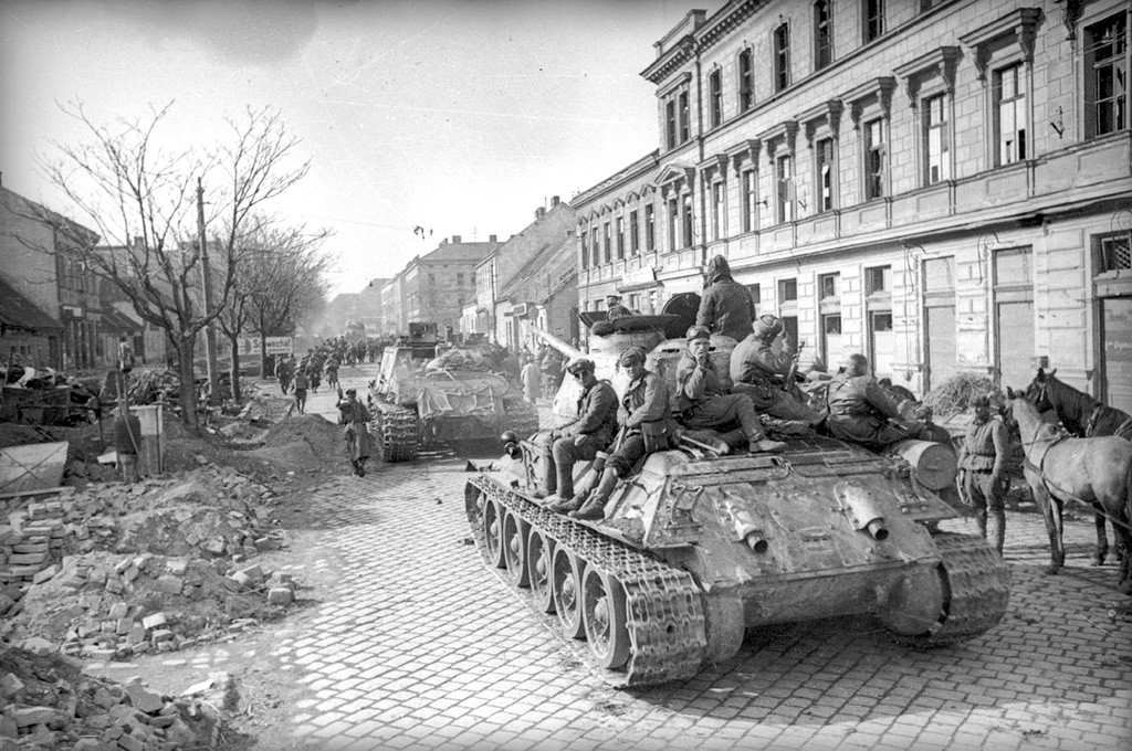 Chars soviétiques dans les rues de Vienne