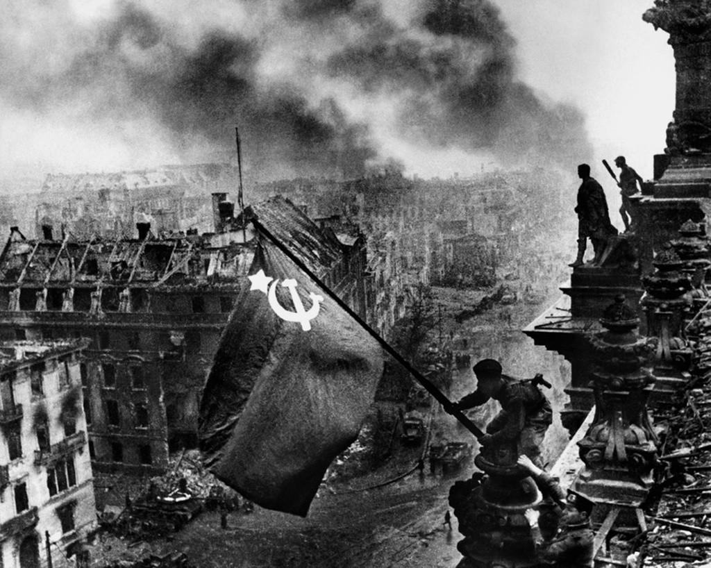 Bannière de la Victoire flottant sur le Reichstag
