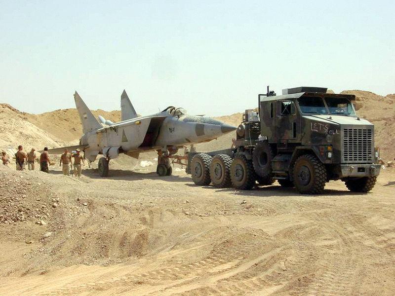 Algunos de los cazas más valiosos del régimen de Bagdad fueron enterrados en las arenas del desierto con la intención de recuperarlos más adelante, como este MiG-25.
