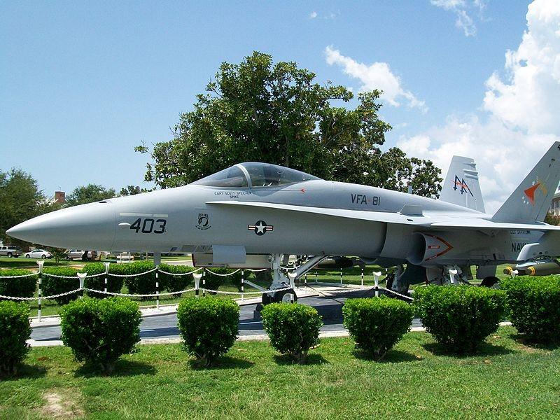 Avión dedicado a Scott Speicher. F/A-18 'Hornet' en exhibición fuera del Comando de las Escuelas de Aviación Naval en NAS Pensacola, FL.