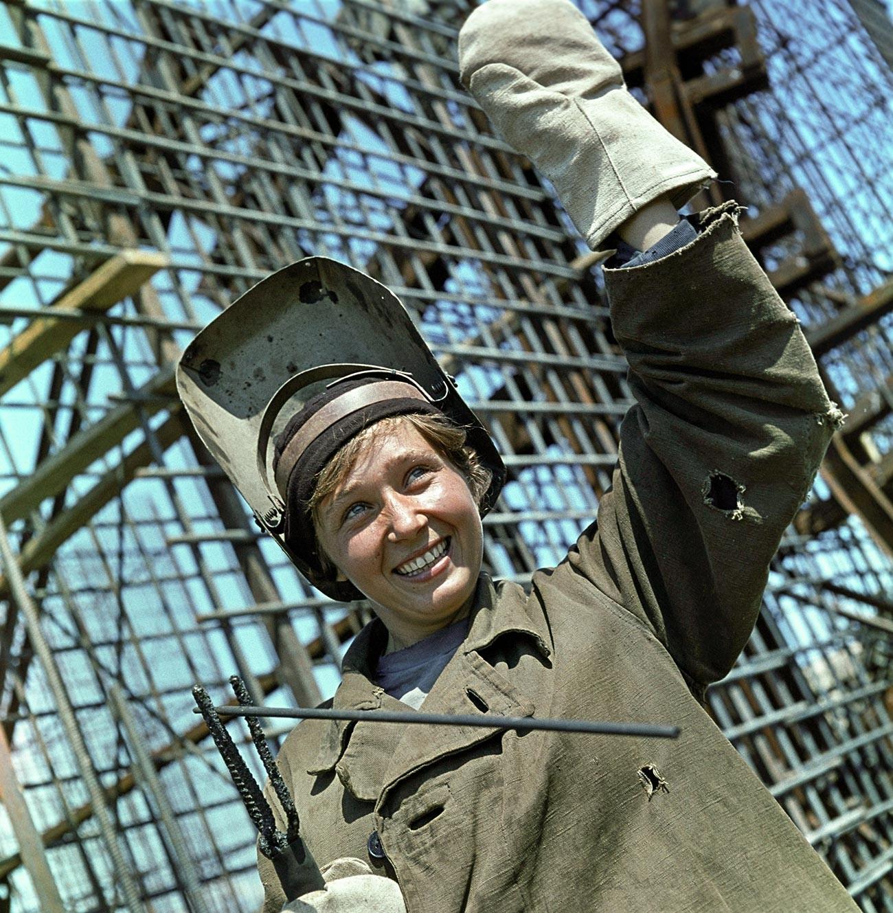 Foto Lyuba Tsyganok si tukang las jepretan Mikhail Kuleshov. Dipotret selama pembangunan Pembangkit Listrik Tenaga Air Kyiv (1964—1968).