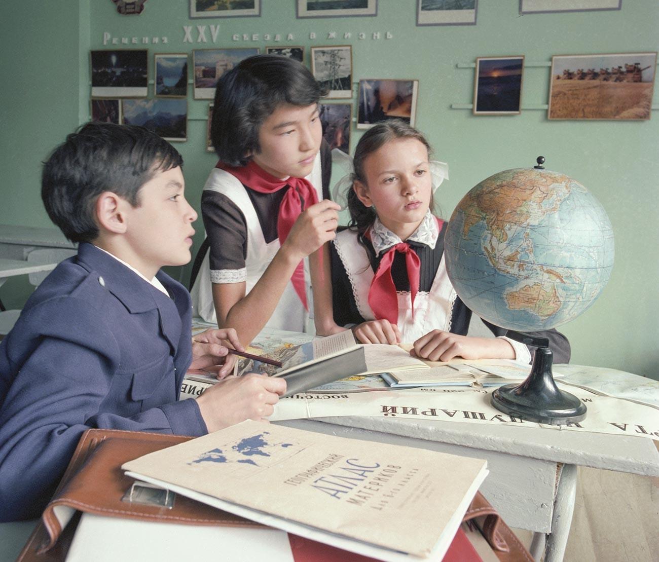 Anak-anak sekolah di Almaty, Republik Sosialis Kazakhstan