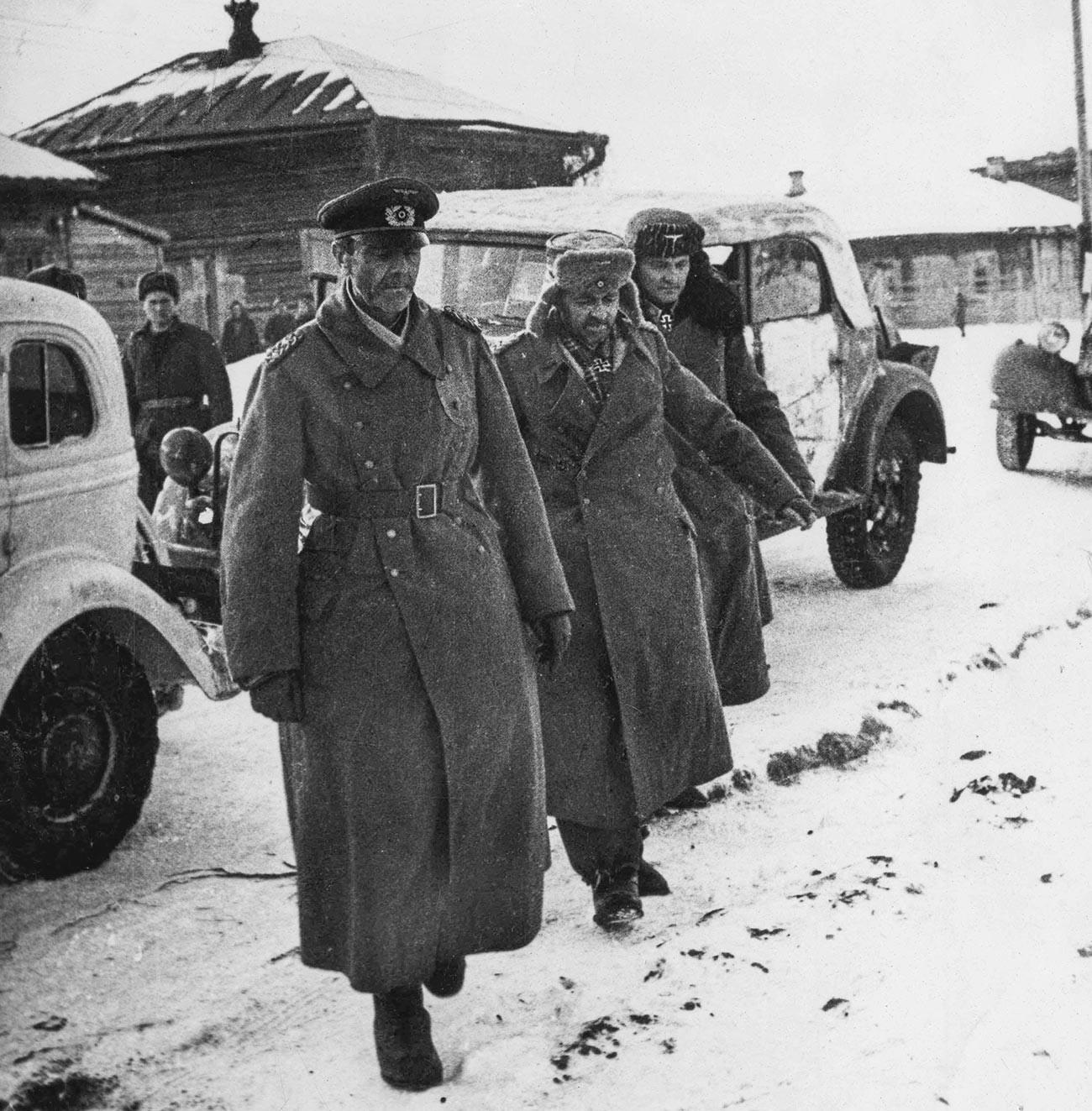 Marsekal Lapangan Friedrich Paulus dan stafnya ditawan di Stalingrad.