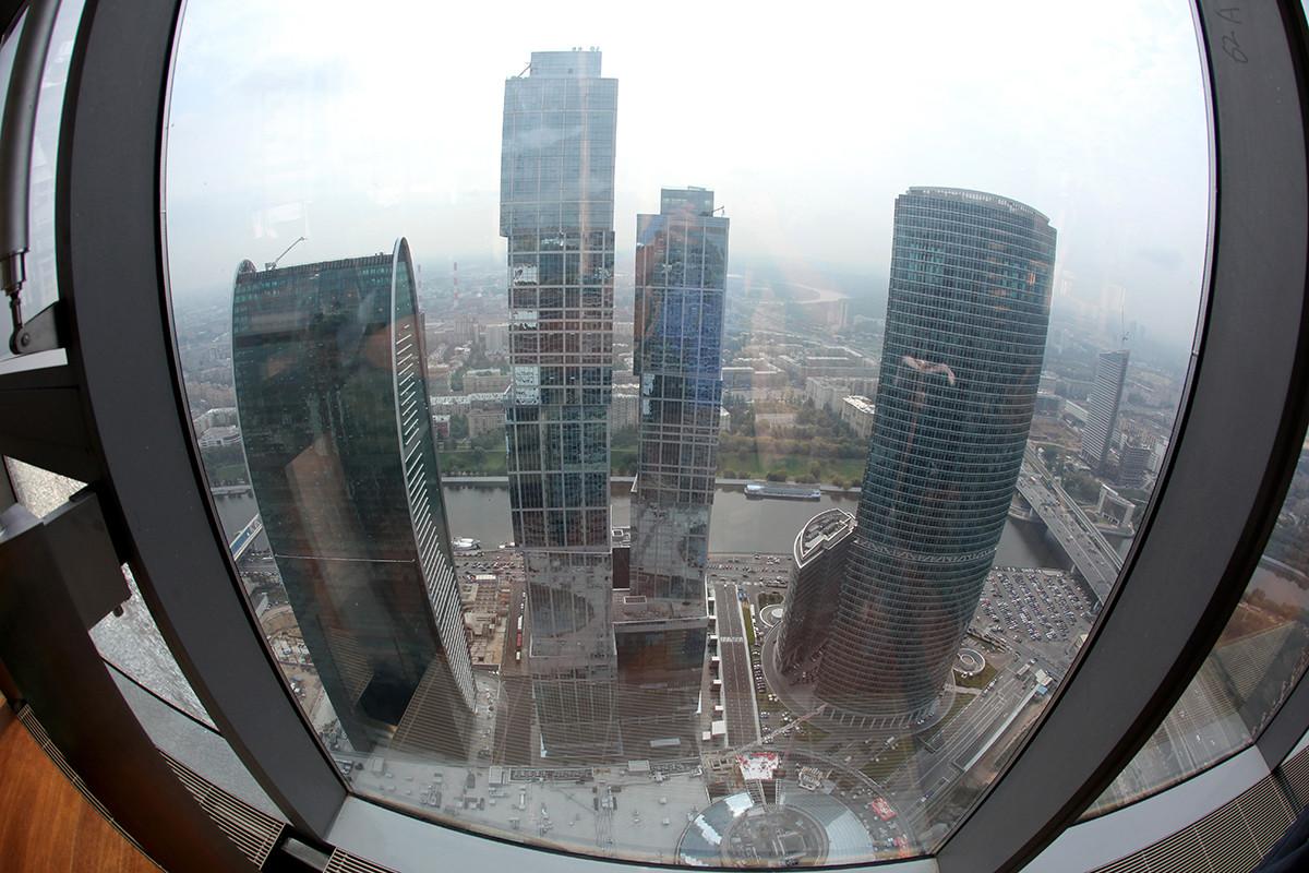 新たに建てられたビジネスセンター「モスクワ・シティー」高層ビル群の一つの上階からの景色