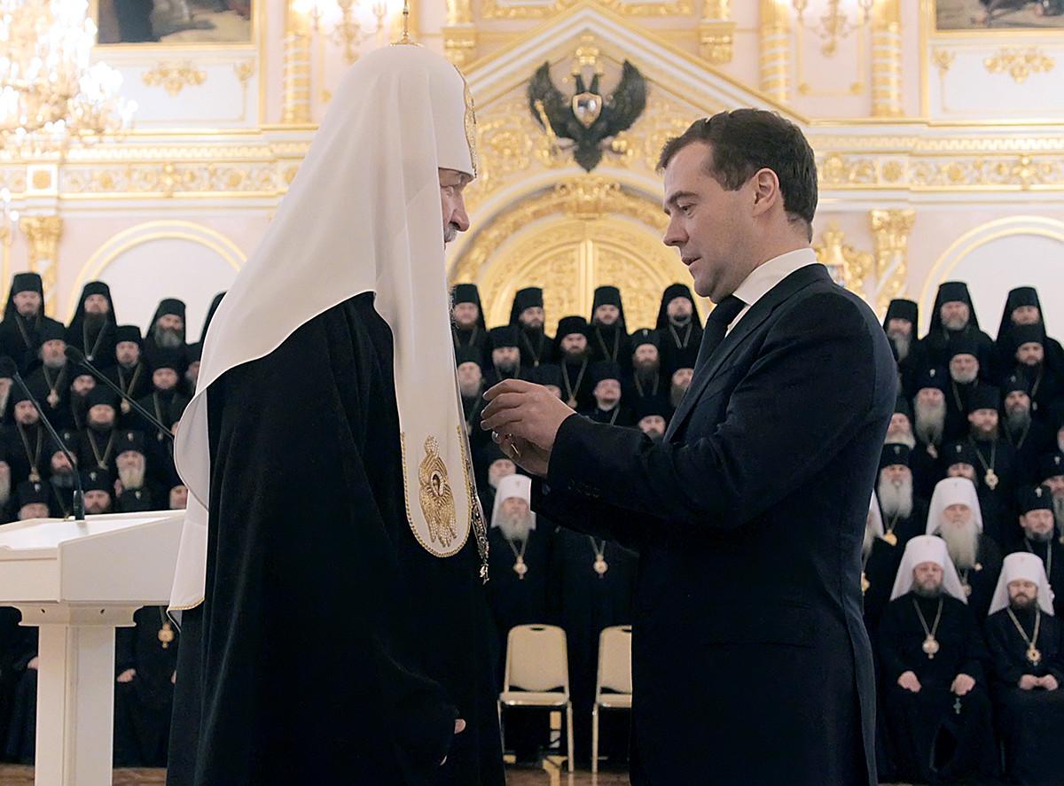 司教評議会でキリル総主教に勲章を与えるドミトリー・メドヴェージェフ大統領