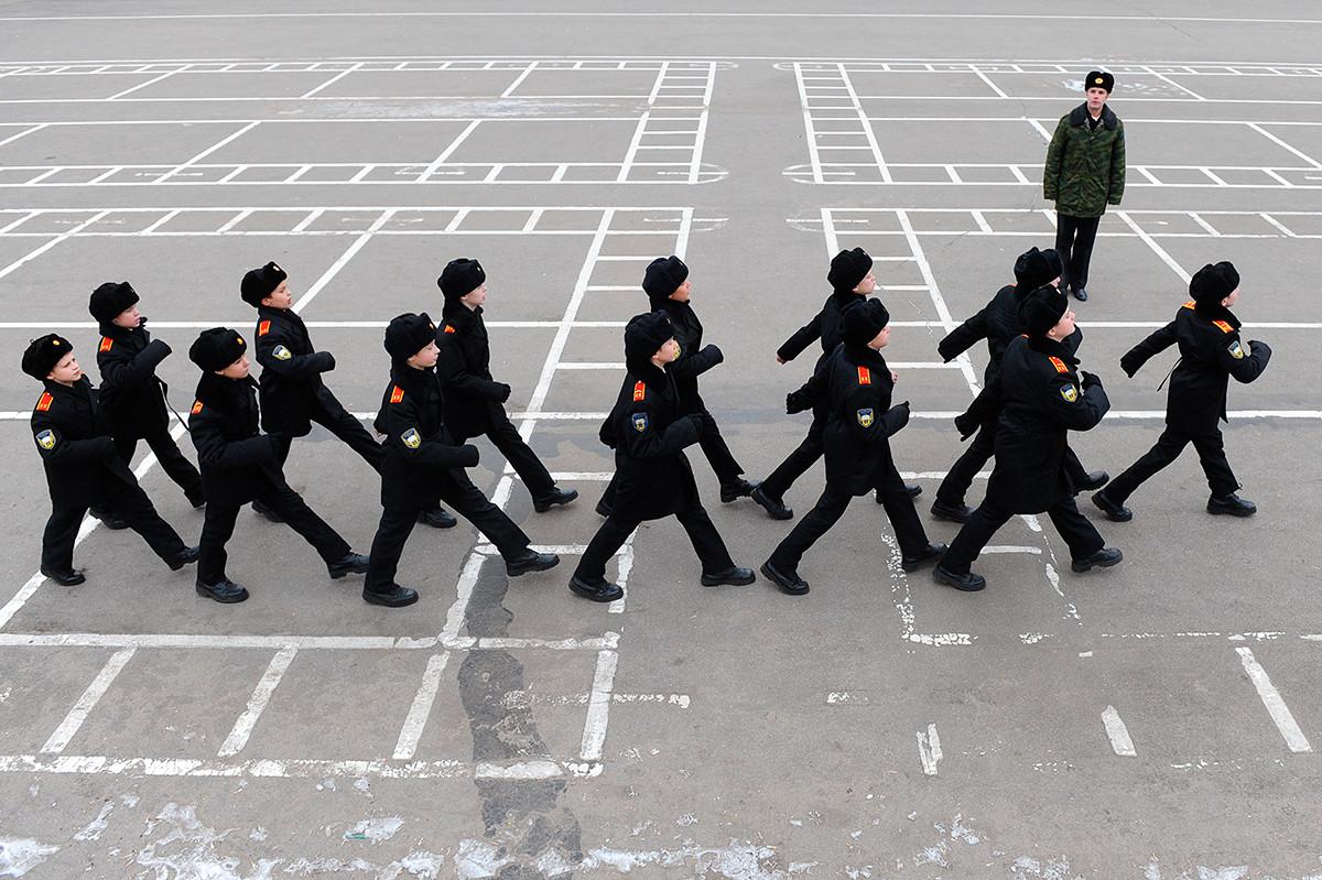 行進する軍学校の生徒たち
