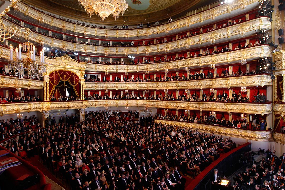 長期にわたる改修工事を終え、新たにオープンし、満員の観客を迎えたボリショイ劇場
